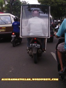 Tetap harus safety riding ya pak. motor bapak udah jadi moge nih :D