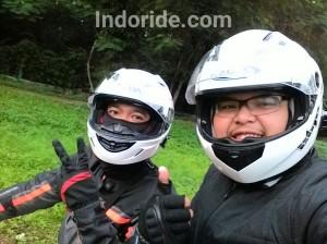 Pose sama blogger kondang juga pake helm ini :D