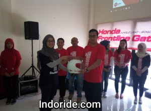 Mantapp nih simbolis penyerahan helm kepada perwakilan Frontliner Honda Jabar