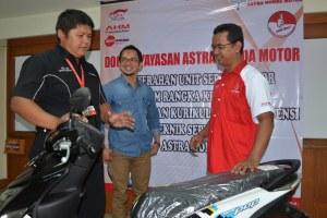 Yudi Heriyadi selaku Manager Technical Development DAM menyerahkan donasi sepeda motor Honda didampingi Ade Rochman Asisten Manager Technical Training DAM kepada 18 SMK TSM Astra Honda di Jawa Barat, Rabu (11/1).