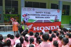 Pak polisi juga ikut memberikan cerita dan dongeng yang berkaitan dengan safety ridin!