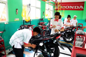 Anak-anak SMK saat sedang ngoprek motor Honda